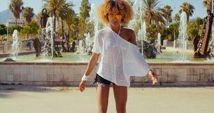 Schönes Mädchen mit Afro-Haarschnitt auf Rollschuhen stock footage