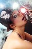 Schönes Mädchen mit altem Retro- Mikrofon Stockfoto