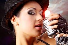 Schönes Mädchen mit altem Retro- Mikrofon Lizenzfreie Stockfotografie