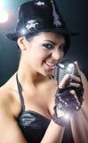 Schönes Mädchen mit altem Retro- Mikrofon Stockfotos