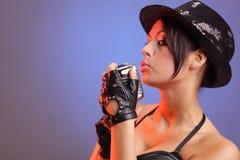 Schönes Mädchen mit altem Retro- Mikrofon Lizenzfreies Stockfoto