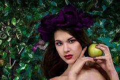 Schönes Mädchen mit Apfel Lizenzfreie Stockfotos