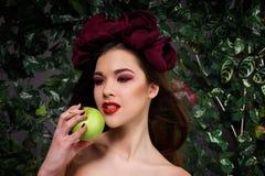 Schönes Mädchen mit Apfel Lizenzfreie Stockbilder