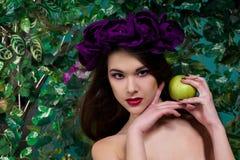 Schönes Mädchen mit Apfel Stockfotografie