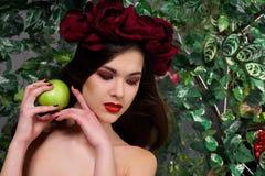 Schönes Mädchen mit Apfel Lizenzfreie Stockfotografie