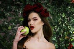 Schönes Mädchen mit Apfel Stockbild