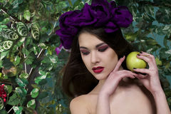 Schönes Mädchen mit Apfel Lizenzfreies Stockbild