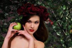 Schönes Mädchen mit Apfel Lizenzfreies Stockfoto