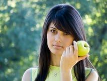 Schönes Mädchen mit Apfel Stockbilder