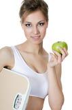 Schönes Mädchen mit Apfel in der Hand Stockfotos