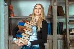 Schönes Mädchen mit Büchern Stockfotos