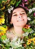 Schönes Mädchen mit Basisrecheneinheit und Blume auf Gras. Lizenzfreies Stockfoto