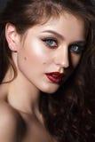 Schönes Mädchen mit Berufsabendmake-up Stockbild