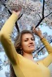 Schönes Mädchen mit blühendem Sakura stockfoto