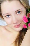 Schönes Mädchen mit Blume Stockbild