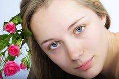Schönes Mädchen mit Blume Lizenzfreie Stockfotos