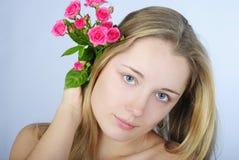 Schönes Mädchen mit Blume Stockfoto