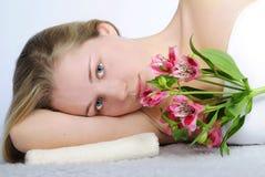 Schönes Mädchen mit Blume Lizenzfreie Stockbilder