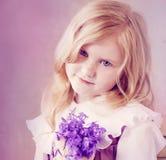 Schönes Mädchen mit Blumen Stockfotografie