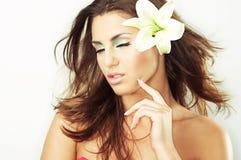 Schönes Mädchen mit Blumen lizenzfreie stockfotografie