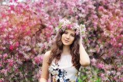 Schönes Mädchen mit Blumen in ihrem Haar Frühling Stockfotografie