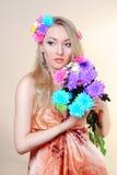 Schönes Mädchen mit Blumen in ihrem Haar Frühling Stockbild