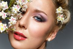 Schönes Mädchen mit Blumen im Haar Lizenzfreies Stockfoto