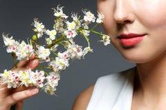 Schönes Mädchen mit Blumen im Haar Stockbilder