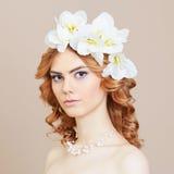 Schönes Mädchen mit Blumen im Haar Lizenzfreies Stockbild