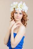Schönes Mädchen mit Blumen im Haar Stockbild