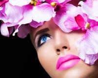 Schönes Mädchen mit Blumen und perfektem Make-up lizenzfreies stockfoto