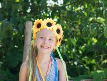 Schönes Mädchen mit Blumendekorationsspaß blickt zur Seite flüchtig lizenzfreies stockbild