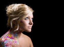 Schönes Mädchen mit Blumenthema bodyart Stockbilder