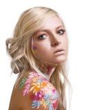 Schönes Mädchen mit Blumenthema bodyart Lizenzfreies Stockbild