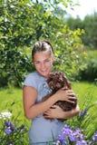 Schönes Mädchen mit braunem Hund stockfoto
