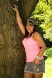 Schönes Mädchen mit braunen Augen im Park Stockbild