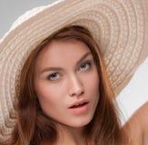 Schönes Mädchen mit Breitrand Stockbild