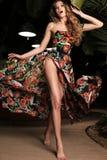 Schönes Mädchen mit dem blonden Haar im Badeanzug, der an Sommer beac aufwirft Lizenzfreies Stockbild