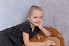 Schönes Mädchen mit dem blonden Haar und den blauen Augen Lizenzfreies Stockfoto