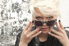 Schönes Mädchen mit dem blonden Haar und schwarzer weißer Nagel entwerfen lizenzfreie stockfotos