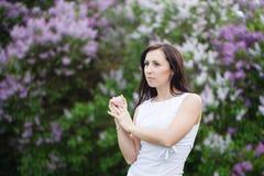 Schönes Mädchen mit dem Brunettehaar im Frühjahr Stockfoto