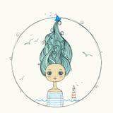 Schönes Mädchen mit dem Fliegenhaar auf Marinehintergrund Stockbilder