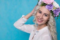 Schönes Mädchen mit dem Frühlings-Kranz lokalisiert Kopieren Sie Platz stockfotos