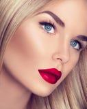Schönes Mädchen mit dem gesunden blonden Haar stockbild