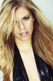 Schönes Mädchen mit dem Haar, das im Wind flattert Lizenzfreie Stockfotografie