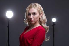 Schönes Mädchen mit dem Haar der Abend Stockfoto