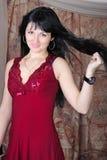 Schönes Mädchen mit dem Längenhaar steht nach b still Stockfotos