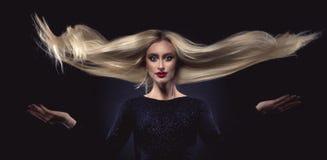 schönes Mädchen mit dem langen blonden Haar Stockfotografie