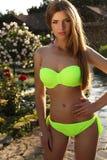 Schönes Mädchen mit dem langen geraden Haar, das eleganten Bikini trägt Stockfotos