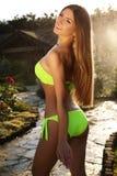 Schönes Mädchen mit dem langen geraden Haar, das eleganten Bikini trägt Stockbilder